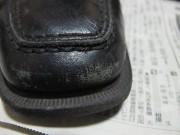 つま先のキズついた靴