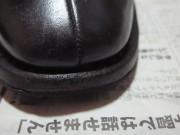 つま先の傷ついた靴(右)修復後