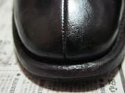 つま先の傷ついた靴(左)修復後